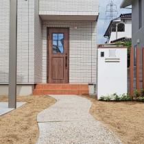 新築の外構工事 真っ白な塗り壁門柱とアルミ角柱