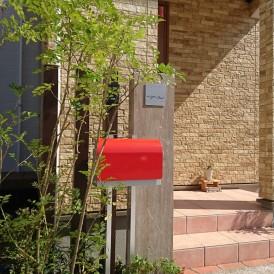 赤色ポストと木調アルミ角柱