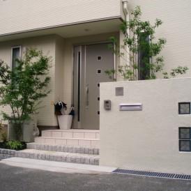 白を基調としたガラスブロック門柱、統一感のある外構 姫路市 K様邸