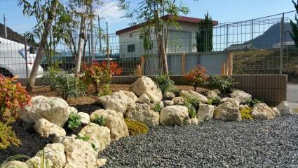 梅雨時期の雨による庭土流出防止の土留め