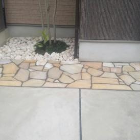 芝生から石貼りにガーデンリフォーム