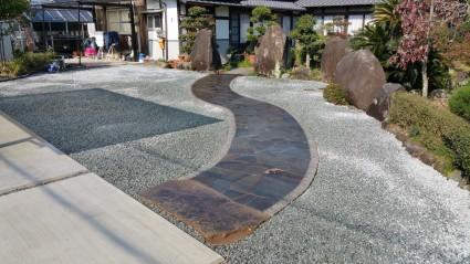 鉄平石貼り和風アプローチ