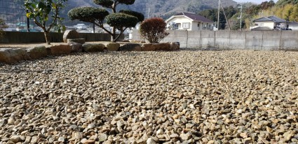たつの市庭|防草シートと川砂利敷き