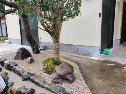 小さな苔庭|石と苔でシンプルモダンの庭