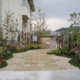雑木と自然石を使った石畳のあるナチュララルモダンな庭 加古川市K様邸