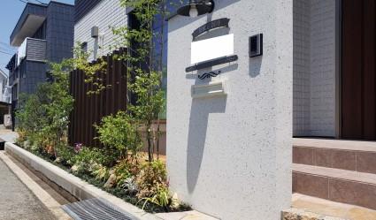 姫路市外構 植栽と木目調アルミ角柱