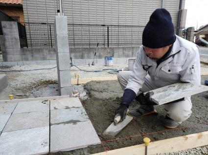 姫路一条工務店外構|300角石貼りアプローチ