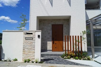 姫路外構|塗り壁門柱に石張りがアクセント