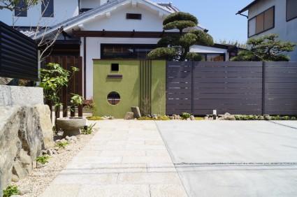 姫路市和モダン外構|抹茶色の塗り壁門柱