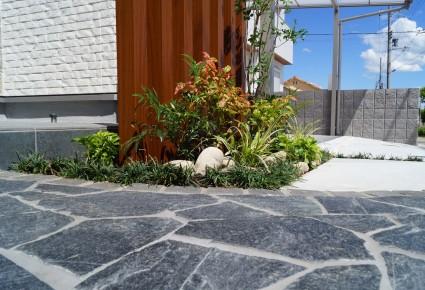姫路市外構|グレー色の自然石貼りアプローチ