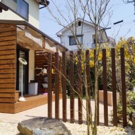 木製の手作りな棚やベンチのあるウッドデッキ 姫路市