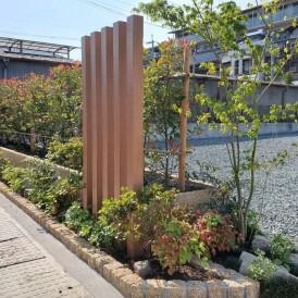 山崎町外構|ウッド調門柱と植栽で目隠し門廻り