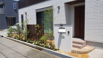 姫路市外構|目隠しスリット角柱と植栽