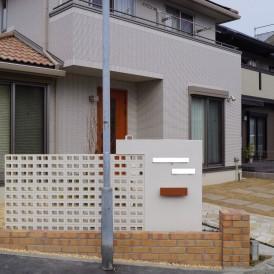 白い穴あきレンガの塀と自然石の大判の駐車場 姫路市