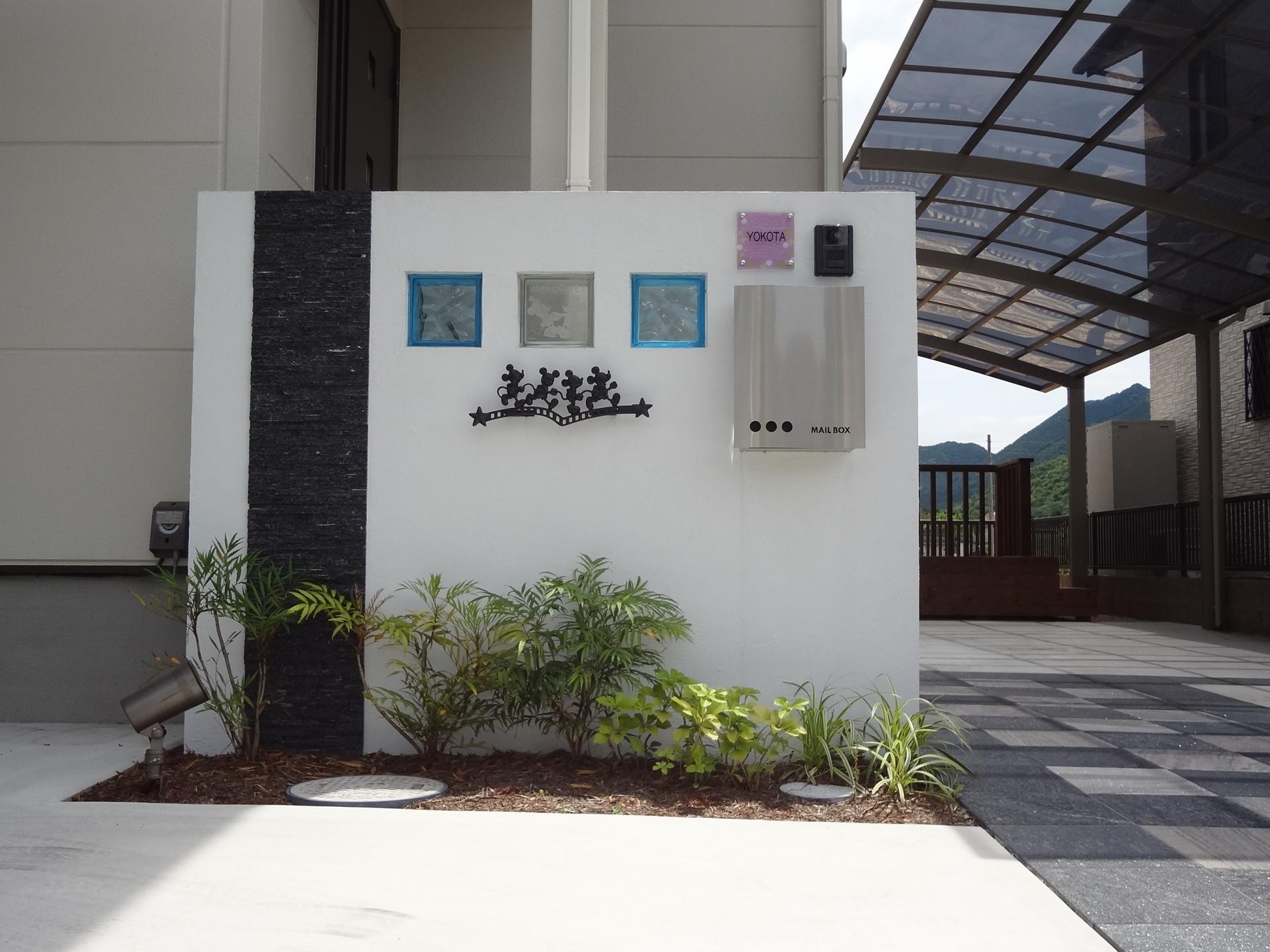 ミッキーマウスの可愛いアイアンのついたシンプルモダンな門柱|姫路市の外構・エクステリア・お庭のことなら、サンガーデンへ。