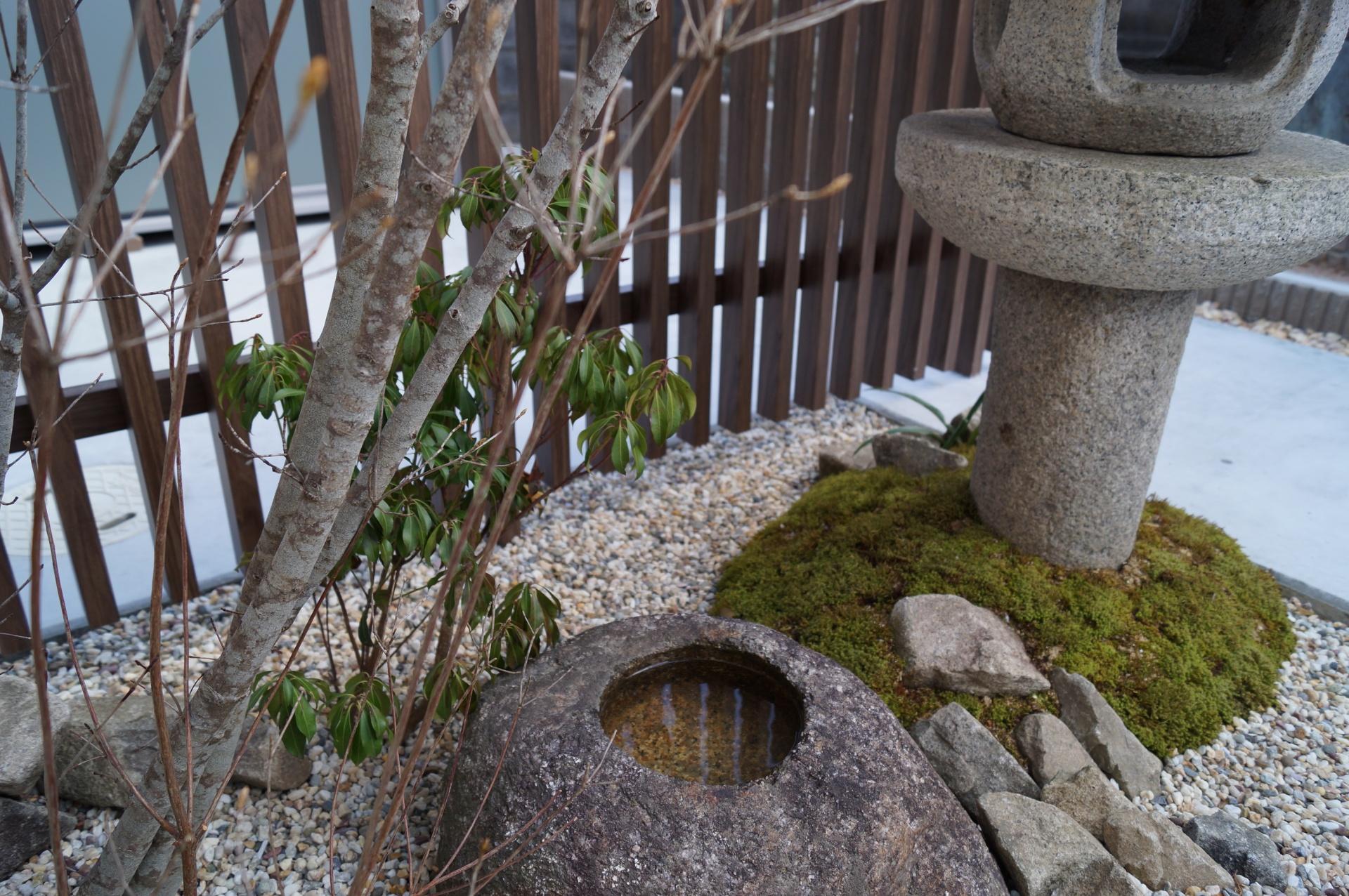 石灯篭とつくばいのある坪庭