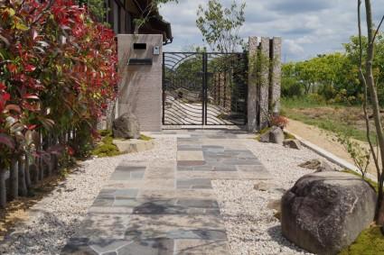 姫路市和モダン外構 石門柱で重厚感あるお庭