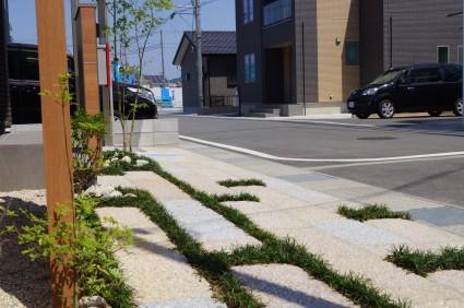 たつの市外構工事|アプローチ板石とタマリュウ