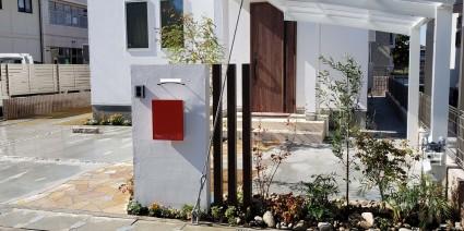 太子町外構|真っ白な塗り壁門柱と赤色ポストでオシャレ外構